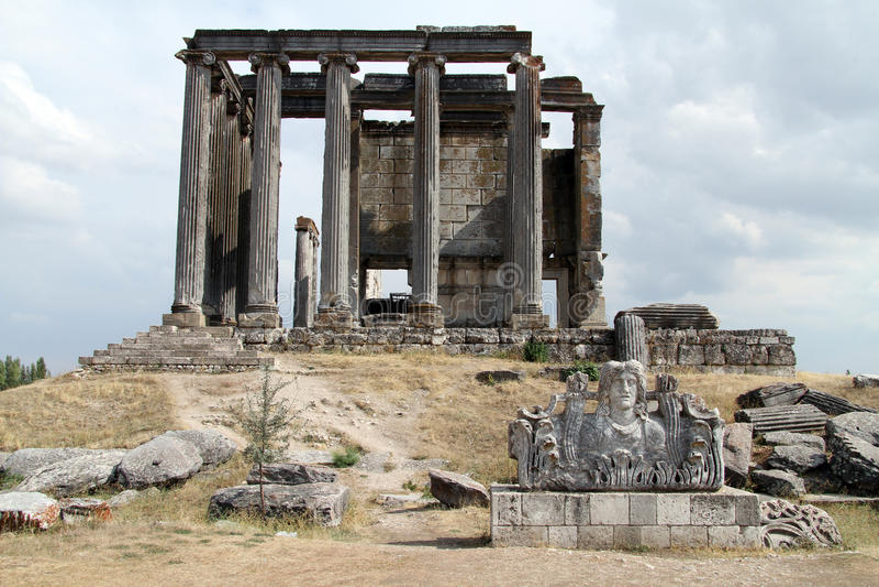 Acroterion et temple de Zeus photo libre de droits