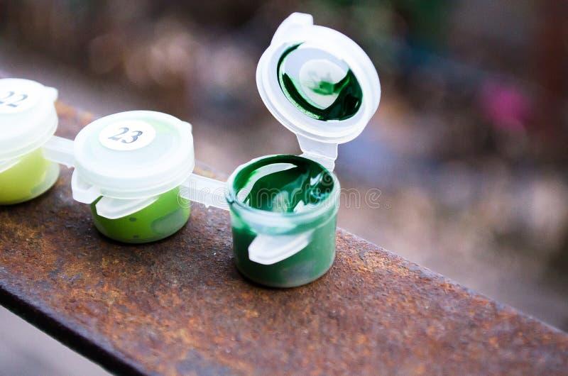 acrylic Pintura verde Acrílico verde Pintura abierta Un tarro de pintura Tarro plástico de pintura fotografía de archivo