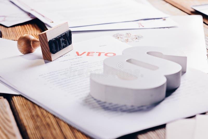 Acte polonais de loi avec le timbre rouge de veto photos stock