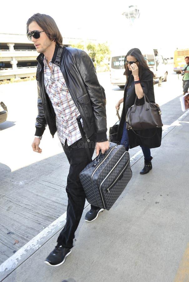 Acteur Ashton Kutchner avec l'épouse Demi Moore chez LAX photos libres de droits