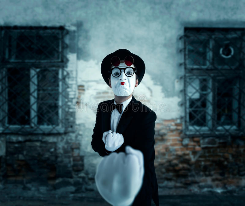 Acteur de pantomime dans le boxeur d'expositions en verre images libres de droits