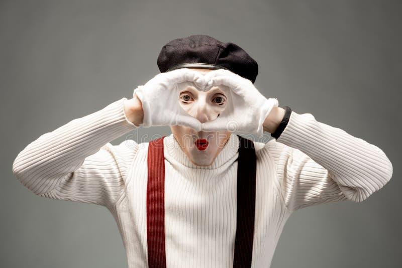 Acteur de pantomime sur le fond gris photographie stock