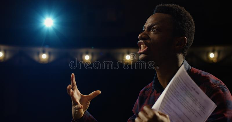 Acteur die een monoloog in een theater uitvoeren stock fotografie
