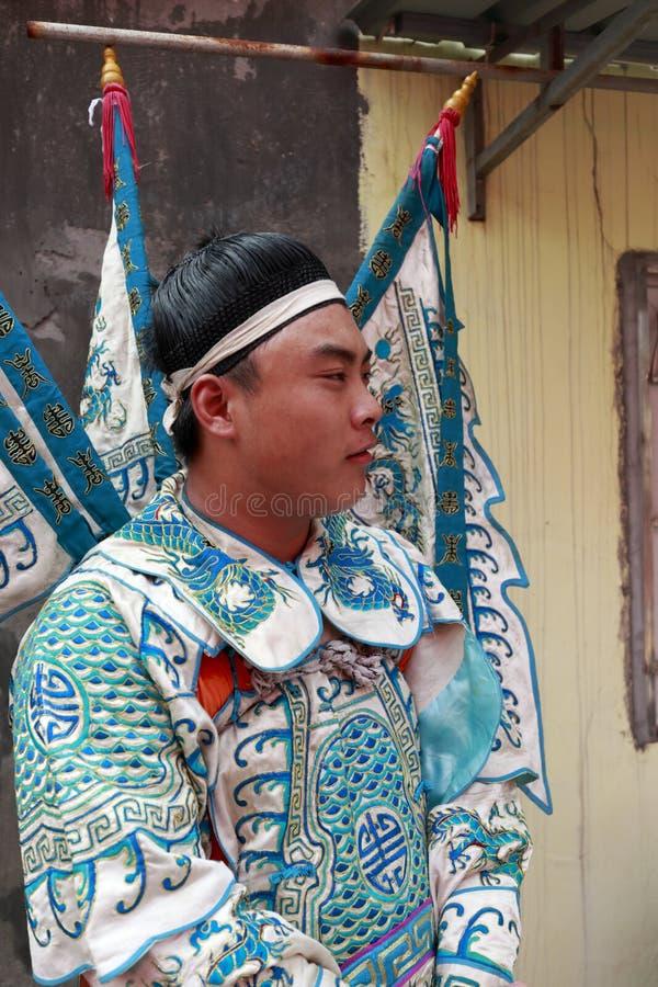 Acteur die het oude Chinese algemeen spelen hij zweette heet, opstijgt de hoed royalty-vrije stock foto's