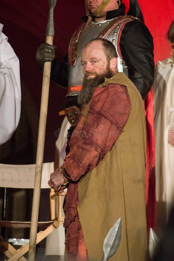 Acteur Rafal Lipkowski als Barabbas bij historische wederopbouw van bijbelse gebeurtenissen bij nacht Geheimzinnigheid van het Ha stock foto