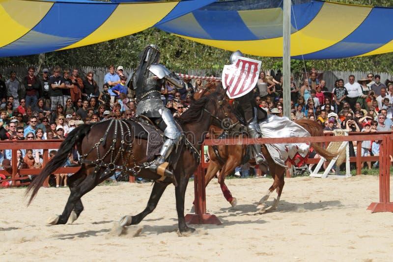 Acteurs en tant que chevaliers médiévaux images libres de droits