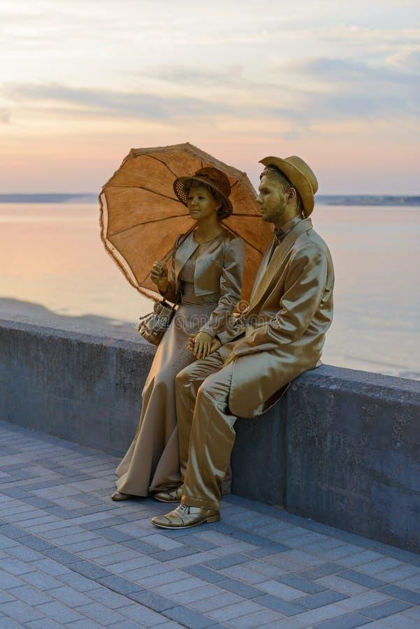 Acteurs femme et homme dans le vêtement d'or du fin du 19ème siècle images libres de droits