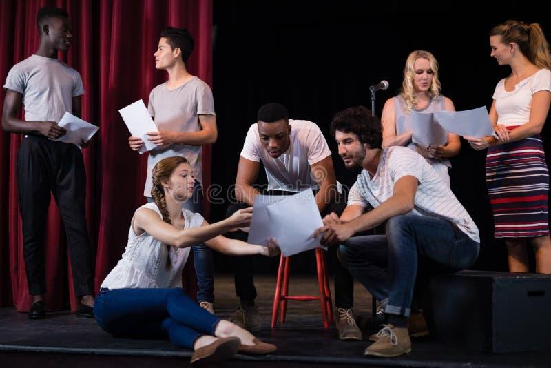 Acteurs lisant leurs manuscrits sur l'étape photographie stock