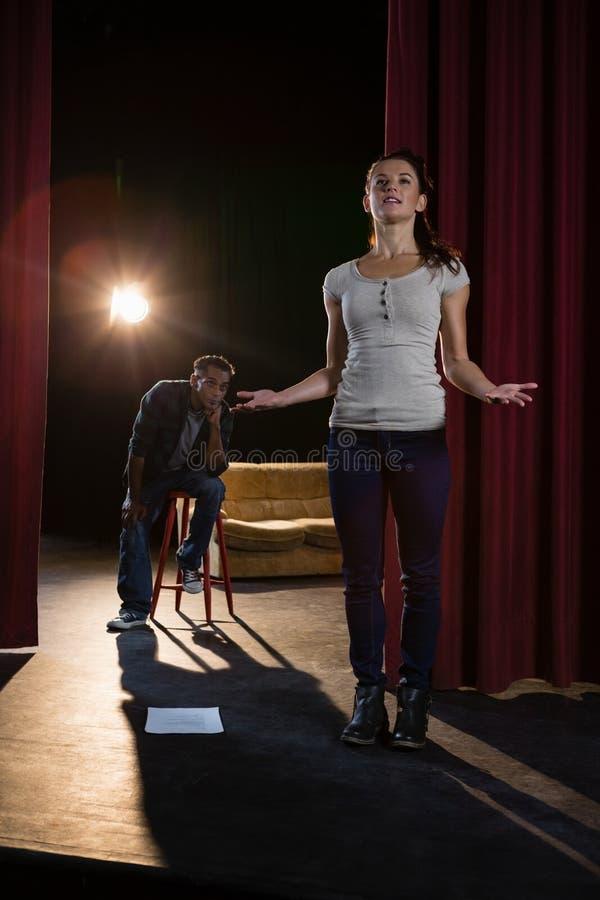 Acteurs pratiquant le jeu sur la scène image libre de droits