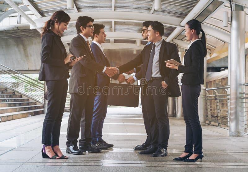 Actie van bedrijfsmensen die overeenkomst ontmoeten royalty-vrije stock afbeeldingen