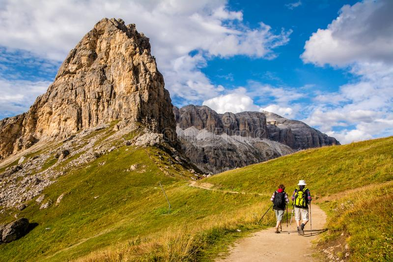 Actief hoger Kaukasisch paar die in bergen met rugzakken wandelen, die van hun avontuur genieten Plaats: Dolomietalpen, Zuid-Tiro royalty-vrije stock foto