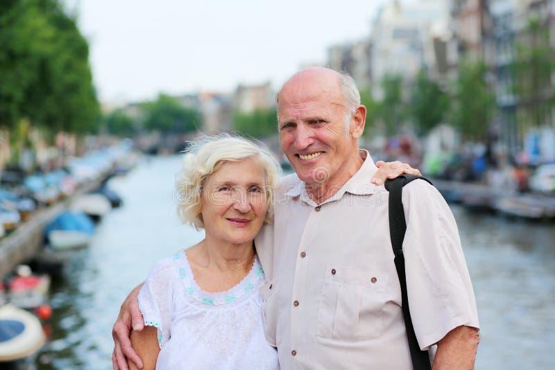 Actief hoger paar die van reis genieten aan Amsterdam stock foto's