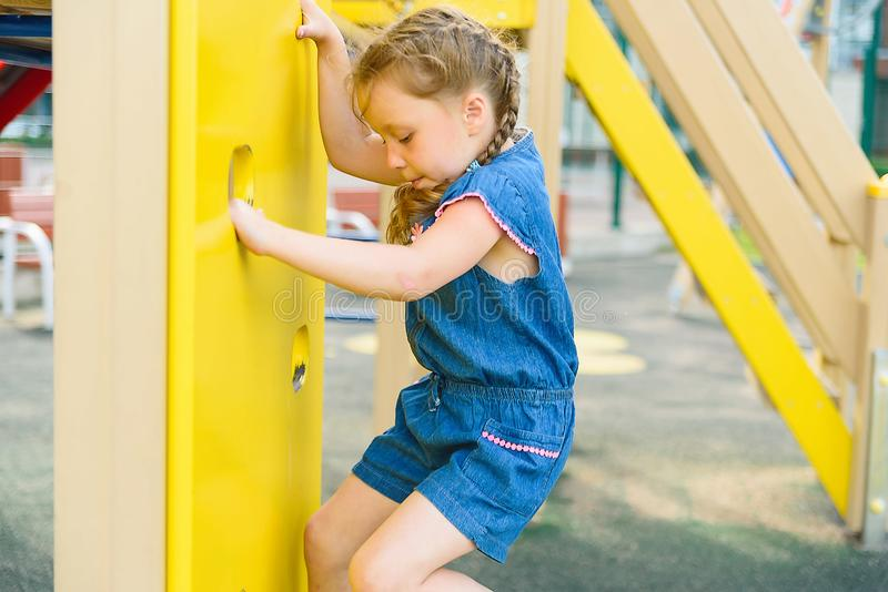 Actief meisje op speelplaats stock afbeelding