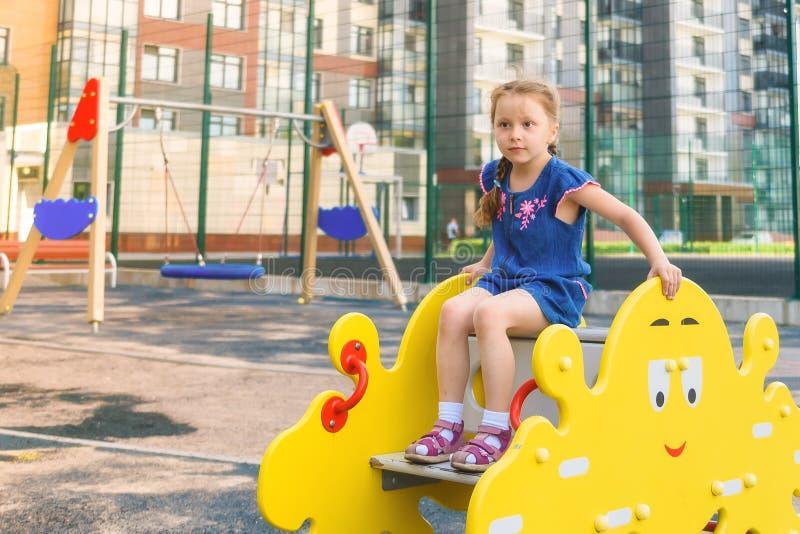 Actief meisje op speelplaats stock fotografie