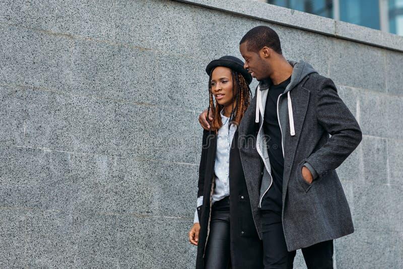 Actief zwart paar in openlucht Gelukkige verhoudingen stock fotografie
