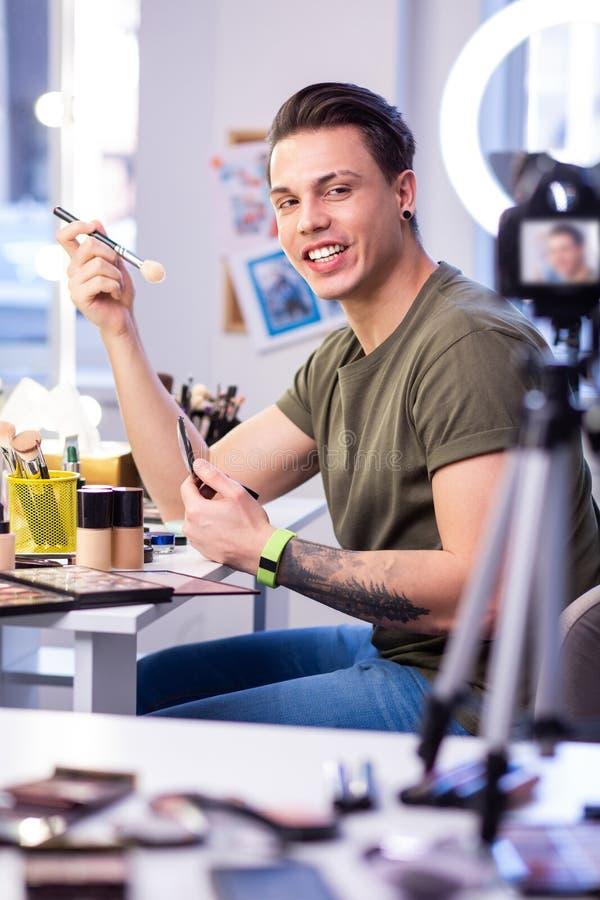 Actieve bekwame mensenzitting bij de schoonheidslijst in studio stock afbeeldingen