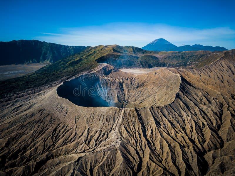 Actieve de vulkaankrater van bergbromo in het Oosten Jawa, Indonesië Hoogste mening van hommelvlieg stock foto