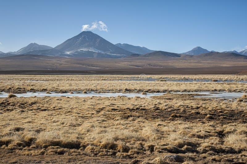 Actieve die vulkaan Putana ook als Jorqencal of Machuca dichtbij Vado Rio Putana in Atacama-Woestijn wordt bekend, Chili royalty-vrije stock foto's