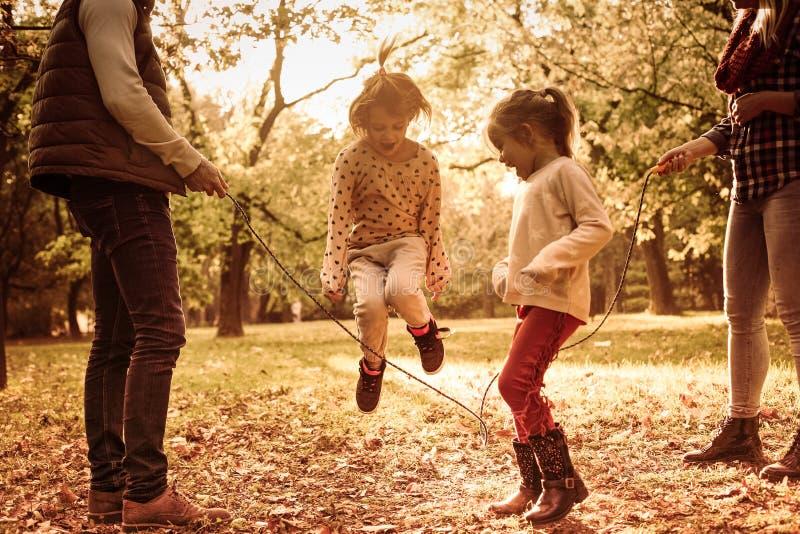 Actieve familie in park stock afbeelding