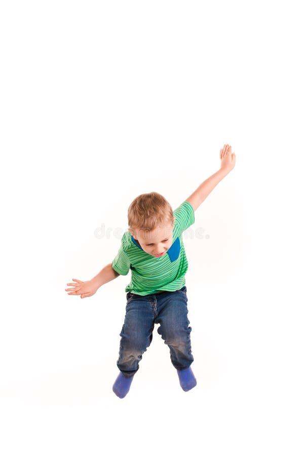 Actieve gelukkig weinig jongen het springen stock fotografie