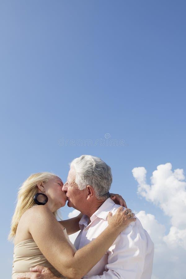 Actieve gepensioneerden, romantisch bejaard paar in liefde en kissi royalty-vrije stock foto