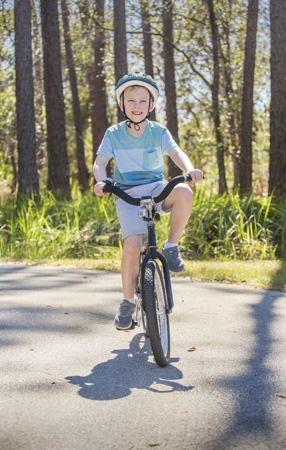 Actieve, Gezonde Jongen die zijn fiets berijden in openlucht op een zonnige dag stock foto's