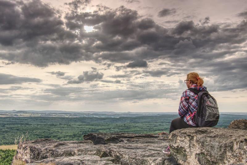 Actieve gezonde vrouw die in heuvels wandelen stock afbeeldingen