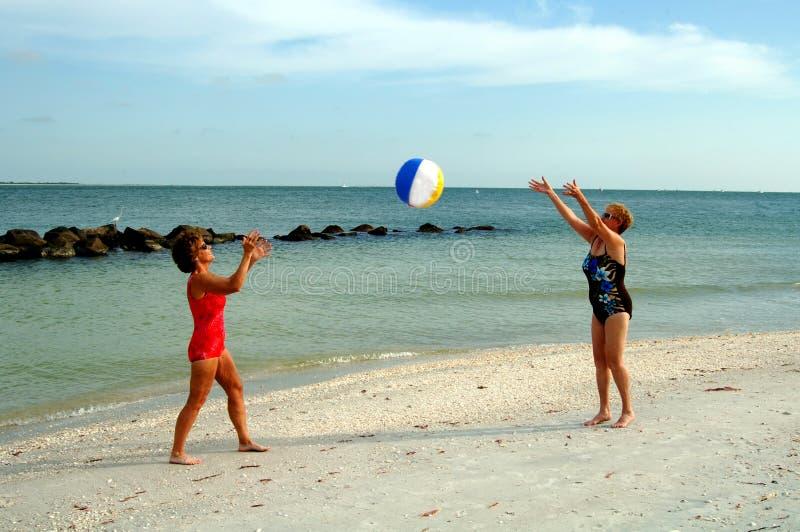 Actieve hogere vrouwen bij strand royalty-vrije stock foto