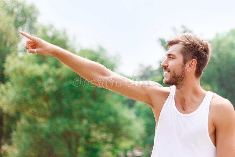 Actieve kerel die positiviteit uitdrukken royalty-vrije stock afbeelding