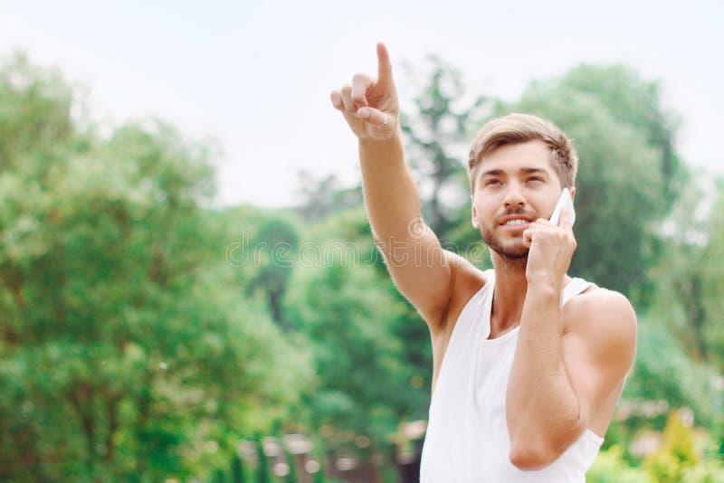 Actieve kerel die positiviteit uitdrukken stock fotografie