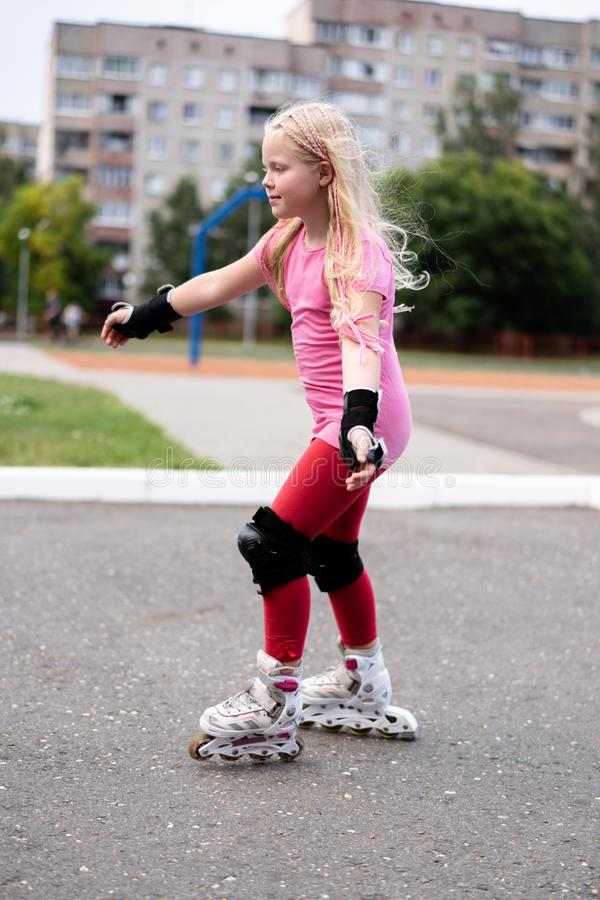 Actieve levensstijl in een moderne stad - actieve levensstijl in een moderne stad - modieuze meisjes rol-blading in een stadion stock afbeeldingen