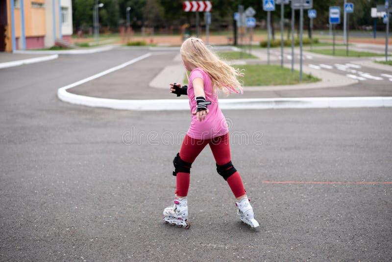 Actieve levensstijl in een moderne stad - actieve levensstijl in een moderne stad - modieuze meisjes rol-blading in een stadion royalty-vrije stock fotografie