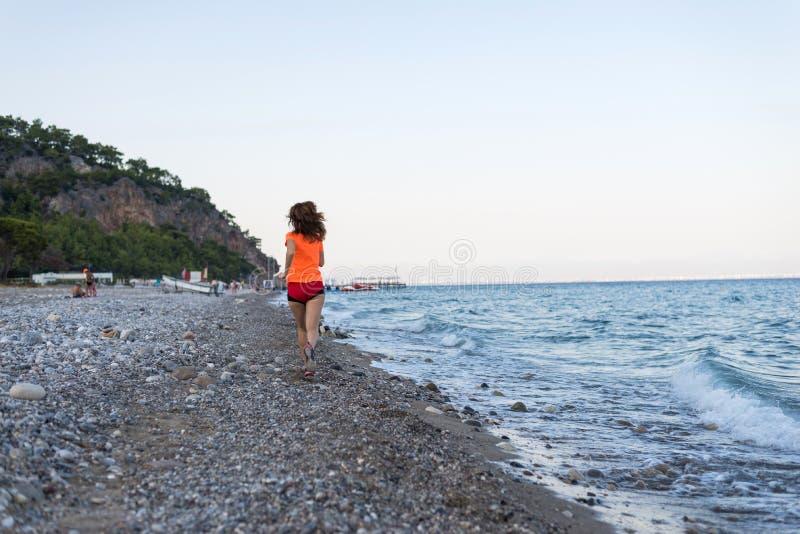 Actieve levensstijl Het lopen op het strand stock foto