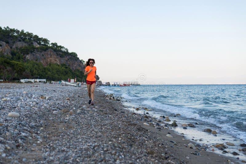 Actieve levensstijl Het lopen op het strand royalty-vrije stock foto's