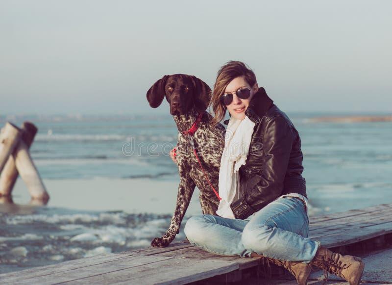 Actieve levensstijlvrouw met hond openlucht stellen royalty-vrije stock afbeeldingen