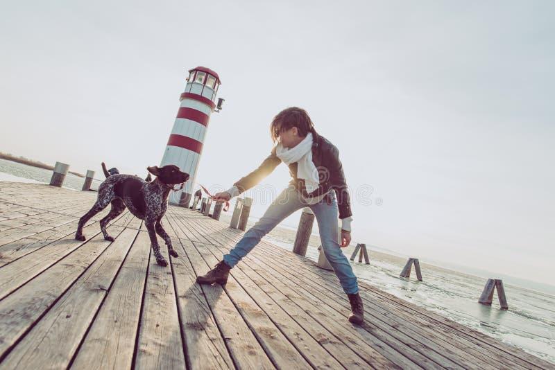 Actieve levensstijlvrouw met hond openlucht stellen stock afbeelding