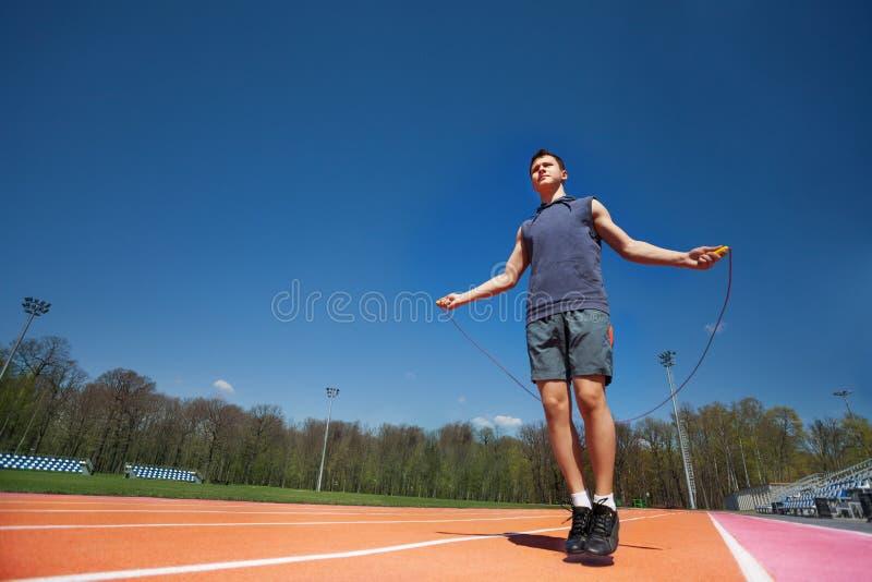 Actieve mannelijke atleet die de kabel buiten overslaan royalty-vrije stock fotografie