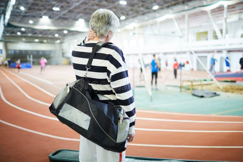 Actieve mens met sportsbag royalty-vrije stock foto