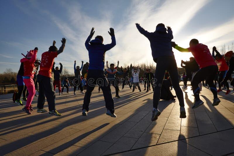 Actieve mensen in ochtend, de lichaamsbouw concept