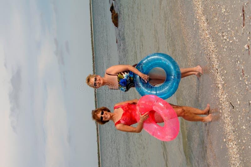 Actieve oudere vrouwen bij strand stock fotografie