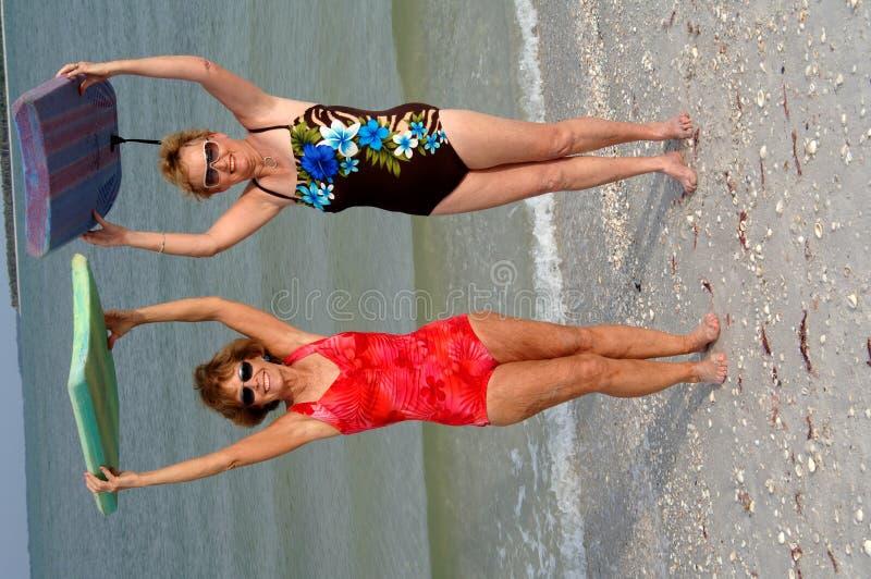 Actieve oudere vrouwen bij strand royalty-vrije stock fotografie