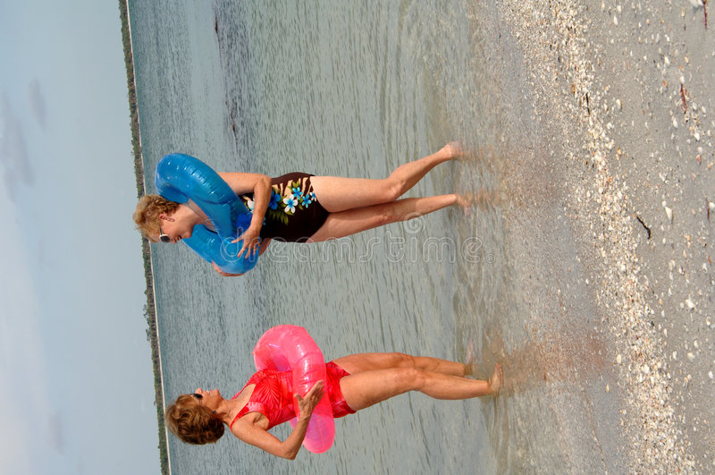 Actieve oudere vrouwen bij strand stock foto's