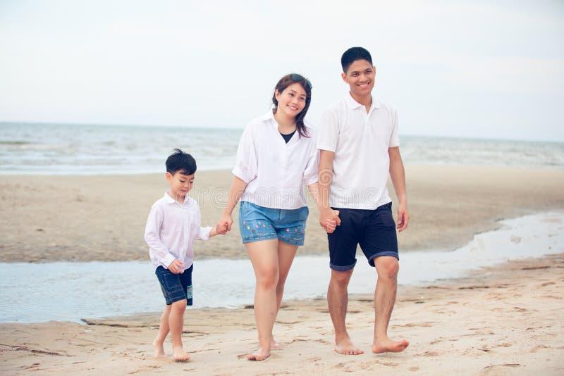 Actieve ouders en mensen openluchtactiviteit op de zomervakanties en vakantie met kinderen Gelukkige familie en zoonsgang met pre royalty-vrije stock foto's