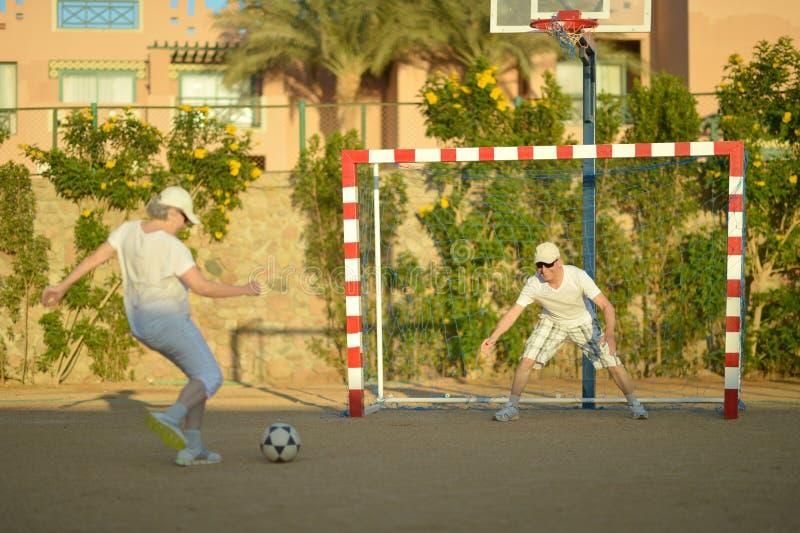 Actieve paar playng voetbal royalty-vrije stock foto's