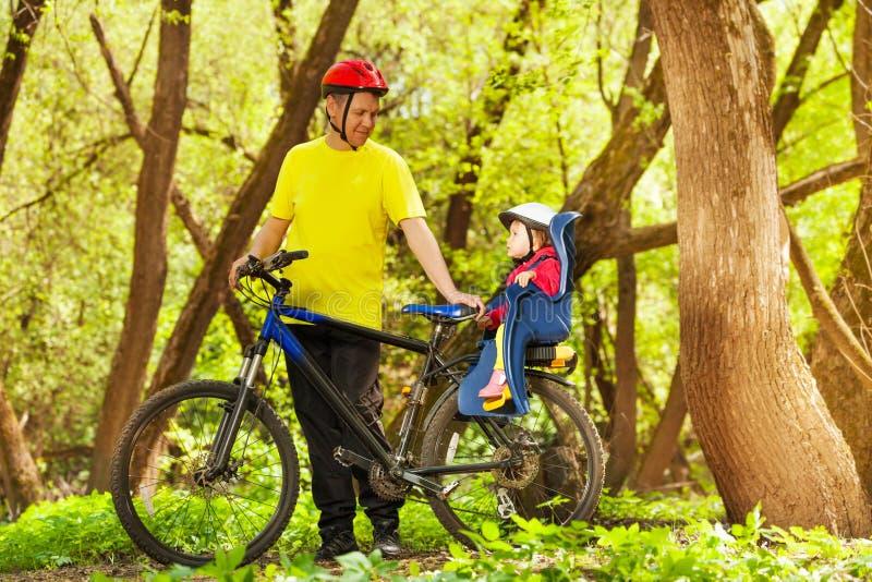 Actieve vader en zijn kleine dochter berijdende fiets royalty-vrije stock foto's