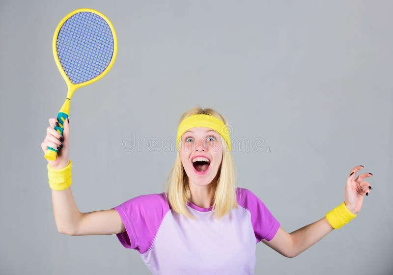 Actieve vrije tijd en hobby Het speltennis van het meisjes geschikt slank blonde Actieve levensstijl Het tennisracket van de vrou stock afbeelding