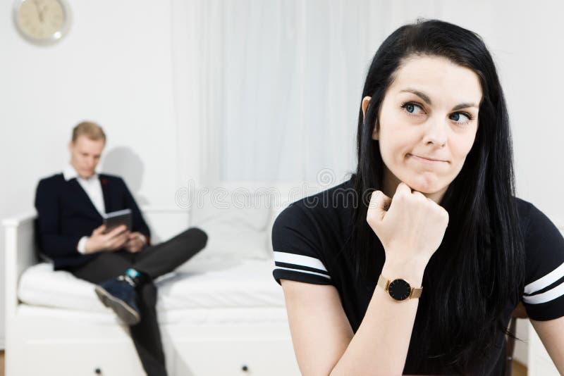 Actieve vrouw een idee krijgen en elegante man die op de achtergrond wachten royalty-vrije stock afbeelding