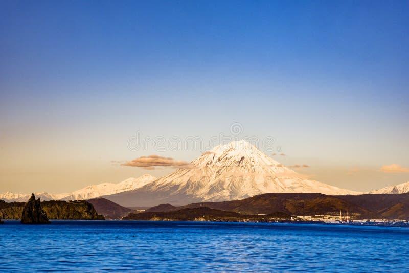 Actieve vulkaan in Kamchatka royalty-vrije stock afbeeldingen