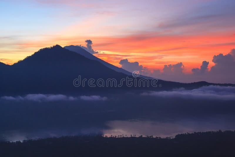 Actieve vulkaan Zonsopgang vanaf de bovenkant van Onderstel Batur - Bali, Indonesië stock afbeelding