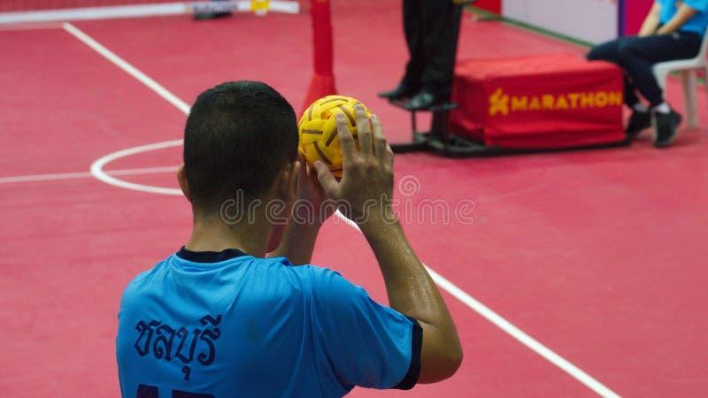Action à deux joueurs d'équipe de takraw de Sepak dans les jeux nationaux de la Thaïlande, Chiang Rai Games image stock